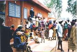 Wartende Menschen vor der Gesundheitsstation in Animadé.