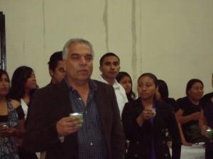 Dr. Christian Aponte im Kreise von Mitarbeitern der Casita Amarilla.