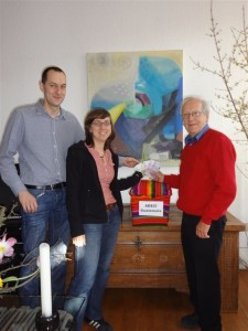 Stephan und Caroline Sasse bei der Spendenübergabe an Klaus Schubert