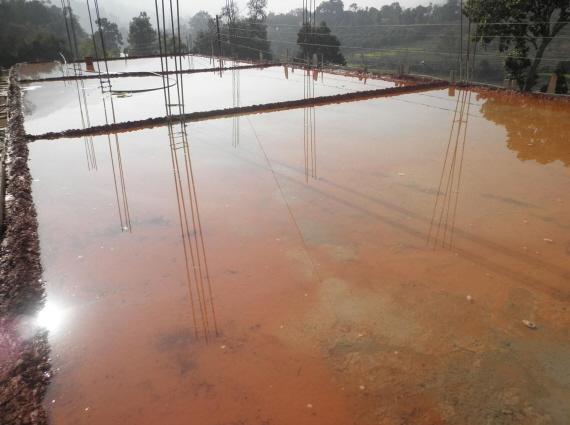 Bild 3:Die Betondecke im 1. Stock wird gewässert