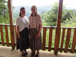 Alicia und Katharina im Maya-Gewand