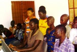 Marissouwa KAKA unterrichtet am PC