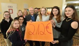 CRR-Schüler überreichen Hr. Schubert (Wahn-Stiftung) Spende und erzählen uns dazu die Geschichte
