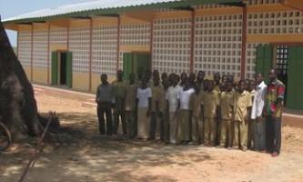 Schüler vor der CEG-Animadé-Kpaha.