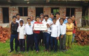 """Jugendliche des """"Devighat Child Club"""" vor dem noch nicht ganz fertig gestellten Jugendzentrum."""