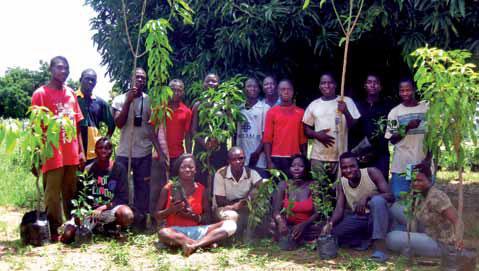 """Mitglieder der Aktion """"Nützliche Ferien 2010"""" bei einer Pflanzaktion."""