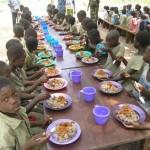 Schulkinder beim Essen