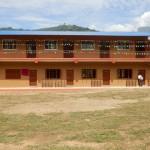 Das neue Schulgebäude bei der Einweihung 2013