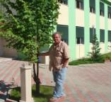 Hans-Joachim Hölscher 2008 beim Besuch des 1993 vonSoester Handwerkern renovierten Heims für behinderte Kinder in Durres